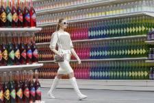 Le défilé Chanel est le seul où les invités arrivent bien à l'avance, pressés de découvrir le décor. Mardi matin, Karl Lagerfeld a fait déambuler ses mannequins, décontractées, baskets aux pieds, dans les rayons d'un supermarché.