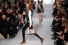 C'était le rendez-vous que toute la mode attendait: le créateur français Nicolas Ghesquière, adulé des fashionistas, a présenté mercredi à Paris sa première collection Vuitton dans un décor épuré, loin des fastes et extravagances de son prédécesseur, Marc Jacobs.