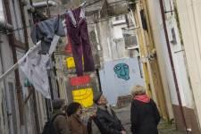 «Porto ce n'est pas seulement une carte postale et quelques rues où les touristes font leurs courses. Ma ville c'est aussi ça!», s'emporte Margarida en ouvrant les bras, figée devant une rangée de façades délabrées.