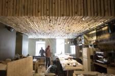 Une naïve avec «une confiance infinie dans la vie» et un bourreau de travail d'une grande polyvalence. Deux quasi-inconnus du milieu de la restauration (sinon comme clients!). Ils ont eu envie de créer à leur tour un lieu «cool», convivial, intègre dans un quartier qui n'en était pas très pourvu. Voici l'histoire du Manitoba, ou comment ouvrir son restaurant, de l'idée au premier service.