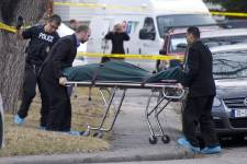 Cinq jeunes étudiants ont été poignardés mortellement dans la nuit de lundi à mardi lors d'une fête dans une maison à Calgary, en Alberta, et un suspect a été arrêté, selon les médias locaux.