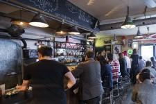 Toronto est une ville de gens d'affaires qui aiment les restaurants parfois un peu clinquants, à l'américaine, parfois hyper-classiques. Toronto est une ville remplie de gens créatifs, branchés autant sur Brooklyn que sur l'Europe ou l'Amérique latine, qui adorent la cuisine inspirée par les chefs nordiques et avant-gardistes d'Espagne, du Pérou ou du Mexique. Toronto est une ville chinoise, portugaise, grecque... Une ville multiple qui apprécie toutes sortes de cuisines. Voici 10 tables pour bien goûter cette diversité.