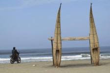 Le Pérou n'est pas qu'un pays de montagnes et d'alpagas... La partie du territoire qui longe l'océan Pacifique, au nord, compte plusieurs plages. Huanchaco fait partie du lot.