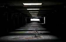 Dix ans après avoir vu ses derniers passagers commerciaux, l'aérogare de Mirabel est maintenant condamnée à la démolition. David Boily, photographe de La Presse, a visité les terrains de l'aérogare et en a profité pour documenter ce qui reste d'un bâtiment qui était jadis promis à un bien meilleur avenir.
