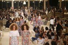 C'est sur une petite île au large de Dubaï, dans un décor inspiré des Mille et une nuits, que Karl Lagerfeld a choisi de présenter mardi soir la collection Croisière de Chanel 2014-2015.