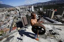 La « tour de David » à Caracas, au Venezuela, possède son propre héliport, une vue imprenable des montagnes avoisinantes et de grands balcons propices aux réceptions. Pourtant cette tour de 45 étages n'est pas un complexe hôtelier cinq étoiles, mais probablement le plus haut bidonville du monde. Jorge Silva, photographe de l'agence Reuters, a visité ce bidonville en hauteur qui, pour certains Vénézuéliens, représente un dangereux précédent d'invasion illégale d'une propriété alors que, pour d'autres, la « tour de David » représente la transformation d'un endroit en décrépitude en une communauté vibrante d'activités.