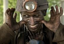 Donetsk est le coeur de la région houillère de l'est de l'Ukraine. Alors que la crise ukrainienne divise la région, les mineurs de charbon, eux, se demandent comment sortir de cette impasse et quelles en seront les conséquences sur l'économie et sur leur quotidien. Vadim Ghirda, photographe de l'agence Associated Press, a photographié ces travailleurs du charbon après une journée de travail sous terre.