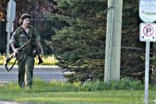 Justin Bourque a été arrêté indemne au terme d'une longue et angoissante chasse à l'homme dans les rues de Moncton. Quelques heures plus tôt, une première victime avait été identifiée comme étant un Québécois de Victoriaville.