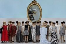 L'épure et le baroque, deux styles opposés? Karl Lagerfeld les unit dans sa collection Chanel haute couture présentée mardi à Paris, avec dentelle, plumes et broderies, mais moderne au point d'être facile à porter.