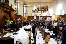 Les employés municipaux enragés contre le projet de loi sur les régimes de retraite ont envahi l'hôtel de ville.