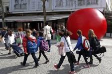 Jamais les Escales improbables n'auront aussi bien porté leur nom. L'énorme ballon rouge conçu il y a 13 ans par l'artiste new-yorkais Kurt Perschke s'arrête à Montréal pour la première fois. On pourra le voir pendant une semaine dans sept lieux publics de la ville à partir de demain.
