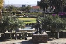 Aux yeux de bien des voyageurs d'aventure qui ont fait le long périple jusqu'en Namibie, Windhoek est une escale obligée pour faire la lessive et passer à la banque, avant de remonter à bord du 4X4. Certes, la capitale namibienne, avec son quart de million d'habitants et son climat désertique, s'apparente davantage à un gros village qu'à une capitale d'envergure. Elle vaut pourtant qu'on s'y attarde, le temps de découvrir son histoire et sa population métissée.