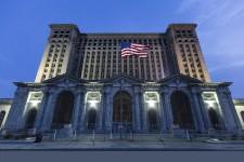 Avec ses gratte-ciel et ses autoroutes qui s'entrelacent, Detroit est indéniablement une grande ville américaine.