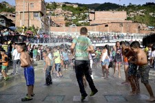 Ce n'est pas avec sa réputation de capitale de la production de cocaïne que Medellín aurait pu, il y a quelques années à peine, oser s'afficher comme une destination touristique. Encore moins avec celle de «capitale de la violence», un titre dicté par une moyenne de 18 homicides par jour (en 1991), pour une population totale comparable à celle de Montréal (une trentaine d'homicides... par année).