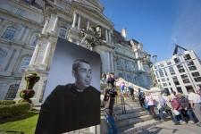 Le comédien Gilles Latulippe, décédé le 23 septembre 2014, a été exposé en chapelle ardente à l'hôtel de ville de Montréal. De nombreux admirateurs sont venus lui dire un dernier adieu.
