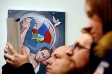 Une exposition à Moscou consacrée aux «douze travaux de Poutine» - dans laquelle l'homme fort du Kremlin est dépeint en Hercule des temps modernes -, un rassemblement monstre à Grozny où 100000 personnes sont descendues dans les rues, la Russie célèbre aujourd'hui le 62e anniversaire de Vladimir Vladimirovitch Poutine. Et bien que le principal intéressé se défende de cultiver un culte de la personnalité, l'ancien du KGB semble être une véritable icône en Russie, célébrée à l'instar d'Hercule comme un demi-dieu.
