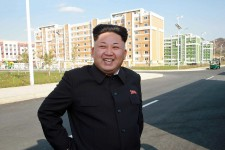 Il avait disparu de la scène nord-coréenne depuis une quarantaine de jours, laissant place aux rumeurs les plus diverses pour expliquer son absence, hypothèses allant d'une révolution de palais à une surdose d'emmental. Le voilà qu'il refait surface pour «inspecter» un complexe résidentiel dédié aux scientifiques de Pyongyang. Un Kim Jong-un, tout sourire, mais, qui avec une canne à la main, semble bel et bien en convalescence.