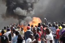Un vote visant à maintenir au pouvoir le président Blaise Campaoré a mis le feu aux poudres. Les Burkinabè ont alors pris la rue, un million selon l'opposition. Ils ont ensuite opté pour une journée de grève générale plus ou moins suivie, avant que la violence n'éclate et que les manifestants s'attaquent au Parlement, incendiant l'Assemblée nationale.