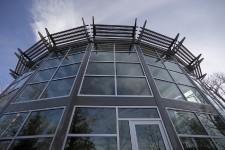 De loin - et même de très loin-, on la voit. Observatoire ou ovni? L'immense mur de fenêtres en arc laisse croire qu'il se trame des expériences scientifiques derrière les parois transparentes. De la science, oui, assurément. Mais pas celle que vous pensez. Plutôt, une science d'architecture bioclimatique de haute technologie qui a permis de loger une famille qui voulait mélanger confort extrême et nouvelles technologies.