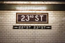 Sur les pages glacées des magazines de décoration et sur les blogues, il est une petite tuile qui ne cesse de s'inviter dans les cuisines et les salles de bains. Au dos des comptoirs ou sur des murs entiers, la tuile métro est partout et risque d'y être pour encore longtemps.