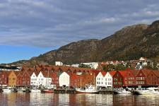 Deuxième ville de Norvège, avec 250 000 habitants, Bergen ne possède pas autant d'attraits que la capitale Oslo, mais c'est tout comme! Entre ses fjords, ses montagnes, ses musées, ses petites rues sinueuses, ses lieux historiques, ses boutiques et même sa scène rock, cette cité maritime de la côte Ouest offre une étonnante gamme d'activités. Bref, on aurait pris 12 heures de plus...
