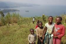 L'odeur de terre chaude chatouille les narines dès la descente de l'avion. Sur la piste, bien entendu. Nous sommes en Afrique, après tout. Mais la réputation de continent désordonné en prend vite pour son rhume, ici: formalités rondement menées, routes en excellent état, etc. Le Rwanda courtise les touristes avec succès: de quelques dizaines de milliers en 2004, le nombre de visiteurs a dépassé le million en 2012. Voici pourquoi.