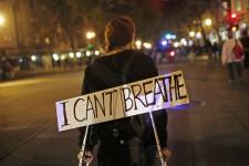 C'est avec «I can't breath» (Je ne peux pas respirer) comme cri de ralliement, plainte formulée par Eric Garner alors qu'il était plaqué au sol par des policiers du NYPD et qu'un agent l'étranglait pas une prise de soumission, en cette journée fatidique du 17 juillet, que des milliers de New-Yorkais ont pris la rue, mercredi soir, pour manifester leur désaccord avec la décision du grand jury de ne pas inculper l'agent Daniel Pantaleo, policier blanc responsable de la mort du père de famille afro-américain, et ce, bien que le drame ait été filmé. Dix jours seulement après qu'un autre grand jury eut exempté un autre policier blanc responsable de la mort d'un jeune Noir, à Ferguson.
