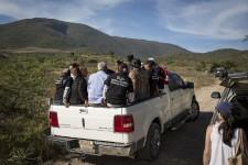 À la fin du mois de septembre, 43 étudiants ont été kidnappés à Iguala, puis vraisemblablement assassinés et brûlés. Les habitants de cette ville du sud du Mexique ont été à la fois scandalisés et galvanisés par ce massacre. D'autres habitants de la région ont disparu dans les dernières années, et ces drames ont été passés sous silence. L'omerta semble dorénavant terminée. Les citoyens se lancent à la recherche des cadavres de ces autres disparus. Le photojournaliste François Pesant a accompagné ces Mexicains en quête de vérité.