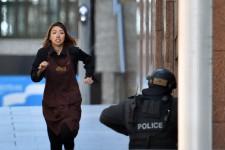 Des otages sont retenus dans un café de Sydney et un drapeau islamique noir est visible à une fenêtre de ce café, tandis que la police intervenait à l'Opéra de Sydney pour un «incident» de nature inconnue, ont rapporté la police, des médias et des témoins.