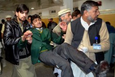 Des talibans pakistanais ont commis un véritable carnage en s'attaquant à une école fréquentée par des enfants de soldats à Peshawar. Au moins 130 personnes, des élèves de l'établissement pour la plupart, ont trouvé la mort dans l'attentat. L'assaut, qui s'est soldé par la mort de tous les assaillants, a été revendiqué par le Mouvement des talibans du Pakistan (TTP), et constitue l'une des attaques les plus sanglantes qu'ait connues le Pakistan en près d'une décennie.