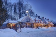 On n'aurait pas pu choisir plus belle journée. La veille, la neige avait recouvert la vallée et les montagnes. Le soleil brillait de tous ses feux. En prime, le propriétaire avait déguisé sa maison en Noël. Difficile de faire mieux. La demeure de Richard Pilon trône sur le chemin de la Montagne-de-l'Horeb, une petite route privée à quelques minutes de l'église du village de Saint-Sauveur.
