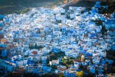 Empreinte de sérénité, Chefchaouen, la «ville bleue», est un havre de paix dans un Maroc bouillonnant. Au détour d'une route sinueuse, l'ancienne forteresse se dévoile. Lovée au creux des montagnes du Rif, elle constitue un point de départ tout indiqué pour de courtes ou longues randonnées. Chefchaouen se distingue toutefois davantage par le charme de sa médina, dont l'éclat des ruelles blanches et bleues illumine la vallée de Laou.