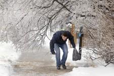 La neige et le verglas qui s'abattent sur le Québec depuis samedi soir rendent les déplacements difficiles dans plusieurs régions.