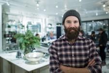 La réputation d'Anthony Benda n'est plus à faire. Le copropriétaire des cafés Myriade est considéré par plusieurs comme le «gourou» de la révolution du café de spécialité dans la métropole, et ses établissements sont toujours aux premiers rangs des classements des meilleurs cafés à Montréal.