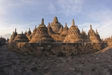 Fracturée en plus de 18 000 îles, l'Indonésie est une terre plurielle. Au pays le plus musulman au monde pour le nombre de croyants, les mosquées jouxtent les cathédrales, temples bouddhistes et hindouistes, pour former un paysage religieux à l'image de la devise nationale, « unité dans la diversité ». Devant ce panthéon particulièrement varié, normal que le visiteur ne sache plus à quel saint se vouer... mais il a assurément l'embarras du choix. Visite de lieux de culte.
