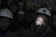 Pour forcer Pristina à nationaliser la mine de Trepca, dans le nord du Kosovo, au fond de laquelle ils gagnent leur vie, 450 mineurs ont refusé de remonter à la surface à la fin de leur journée de travail, le 20 janvier. Après environ 48 heures passées à 650 mètres de profondeur, les grévistes ont cependant accepté de suspendre leur moyen de pression pour la durée d'un mois, le gouvernement ayant promis de réexaminer la question.