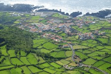 À environ 4000 km de Montréal, hors des sentiers battus, l'archipel portuguais des Açores s'étire sur 600 km et regorge de trésors insoupçonnés; on dit même des îles qu'il s'agirait des sommets de l'Atlantide disparue.