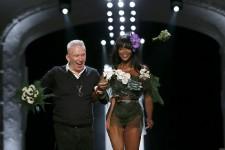 Le «mariage pour tous» façon Jean-Paul Gaultier est une fête éblouissante et divertissante, avec des robes de mariée à double face, des pièces montées faites de bigoudis, des mannequins qui sourient, et Naomi Campbell en bouquet final.