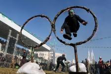 Ils ont entre 15 et 21 ans. Ils sont officiellement 17000 à être «diplômés» de ces «camps de libération» organisés par la branche armée du Hamas, le mouvement islamiste au pouvoir dans la bande de Gaza. Des jeunes Palestiniens entrainés au maniement des armes afin de les préparer contre une éventuelle attaque israélienne, aux dires des officiels du Hamas. Pour une partie de la communauté internationale, Israël en tête, ces camps forment plutôt des apprentis terroristes. Le Hamas se retrouve sur la liste officielle des organisations terroristes du Canada et des États-Unis. Pour la Grande-Bretagne et l'Australie, seule sa branche armée est considérée comme terroriste. D'autres pays comme le Brésil, la Norvège ou encore l'Afrique du Sud ne considèrent pas le Hamas comme un groupe terroriste. Dans les différents camps de la bande de Gaza, le 29 janvier était jour de graduation.