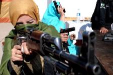 Le 16 décembre dernier, un commando a perpétré le pire massacre de l'histoire du Pakistan lorsqu'il a ouvert le feu dans une école dirigée par les militaires à Peshawar, dans le nord-ouest du pays, tuant 150 personnes, dont 132 enfants. Depuis ce carnage, les enseignants du Pakistan ont désormais le droit d'avoir une arme à feu dans leur classe. Et comme nouvelle formation, ces institutrices ont reçu quelques leçons sur le maniement des armes par la police.