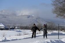 Certes, Magog s'endort un peu, l'hiver, quand le lac Memphrémagog est gelé et que les bateaux qui le sillonnent, l'été, restent cloués en cale sèche. Mais il ne meurt pas! Le soir et le week-end, il s'anime du ballet des patineurs venus s'élancer sur l'une des plus jolies patinoires des Cantons-de-l'Est et des éclats de voix des skieurs qui, après une journée au mont Orford, y découvrent de belles propositions pour un après-ski chaleureux.