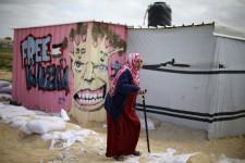 Ils vivent dans des conteneurs qui leur servent de maisons mobiles temporaires, dans un camp pour réfugiés à Khan Younès, dans le sud de la bande de Gaza. Ils ont perdu leurs maisons, qui comme 50000 autres (selon des chiffres de l'ONU) ont été détruites durant l'offensive israélienne sur Gaza, l'été dernier. Pour mettre un peu de couleurs dans le quotidien de ces déplacés, des artistes palestiniens ont sorti leurs pinceaux.