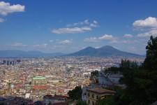 Naples n'a pas toujours eu bonne réputation. C'est pourtant une cité fascinante: avec 3000 ans d'histoire, elle a notamment vu se succéder les Grecs, les Romains, les Normands, les Espagnols et les Français. La ville de 1 million d'habitants réserve maintenant des trésors d'architecture. La circulation étant chaotique, il est préférable de visiter Naples à pied et en transport en commun.<em>Andiamo</em>!