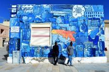 <p>Depuis quelques jours, des centaines de migrants sont arrivés à Lampedusa. Le 17 février, le centre d'accueil de l'île italienne comptait quelque 1200 pensionnaires, soit le triple de sa capacité maximale. Risquant leur vie, ils sont de plus en plus nombreux à tenter la traversée de la Méditerranée depuis les côtes africaines pour gagner l'Eldorado européen. Au moins 3800 d'entre eux, partis de Libye, ont été secourus en mer depuis le 13 février.</p>