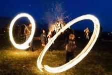 <p>Dans le village de Lozen, situé à une quinzaine de kilomètres de la capitale Sofia, de jeunes Bulgares font tourner des boules de feu pour chasser les mauvais esprits. Un rite qui se déroule dans le cadre de Mesni Zagovezni (jour où la viande est autorisée, 15 février) et Sirni Zagovezni (jour du pardon, 22 février), fêtes orthodoxes chrétiennes précédant le long carême menant à Pâques.</p>
