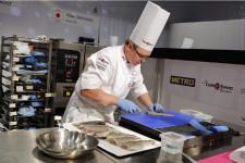 Tous les deux ans, Lyon, haut lieu de la gastronomie française, accueille les Bocuse d'or, les olympiades de la gastronomie classique, où s'affrontent des chefs virtuoses de tous les coins du monde. Cette année, le Québec y était représenté. Marie-Claude Lortie est allée voir ce qui s'y mijotait.