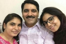 Un concours en Inde encourage les hommes à prendre une photo d'eux-mêmes avec leur fille, et à la publier sur les réseaux asociaux.
