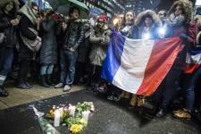 Après les attentats qui ont frappé la capitale française, vendredi soir, une vigile a eu lieu vendredi soir à Montréal, devant le Consulat de France.