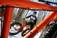 Pour une première fois cette année, on peut rouler en vélo d'hiver sur certains sentiers de raquette du parc de la Gatineau.