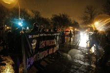 Environ 250 manifestants ont participé à la marche contre la brutalité policière, mardi soir, dans le centre-ville de Montréal.